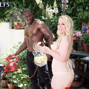 Blond granny Robin Pachino seduces a stud with a giant ebony rod outdoors