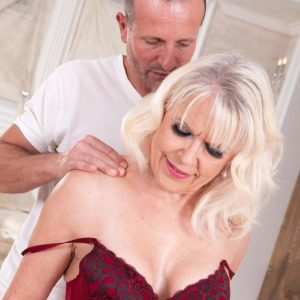 Spectacular grandmother Gal S blows her masseur after rubdown and losing her bra