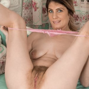 Bootlessly amateur Ashleigh McKenzie spreads her gams to play with her full pubic hair