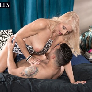 Experienced blonde woman Chery Leigh has her hard nipples and cooch fellated on after seducing a youthfull stud