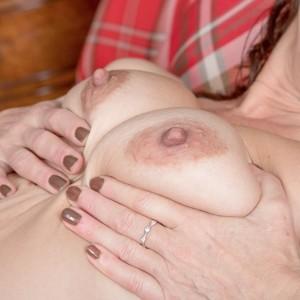 Amateur model Kaysy demonstrates her all natural gash after taking off ebony lingerie