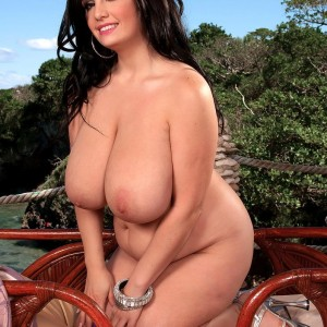Chesty dark-haired MILF Arianna Sinn clamping and slurping her own erect nipples outdoors