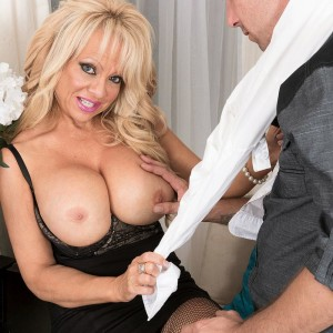 Expert platinum-blonde chief dame Bella Dea uncovering massive boobies before delivering BLOW JOB in work place