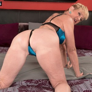 Spindly over Fifty blonde MILF Honey Ray boinking TWO studs with giant hard-ons in MMF 3 way
