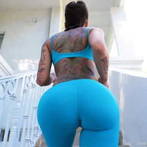 Tattooed chick Bella Bellz takes selfies of her large caboose former to anal sex on a sofa