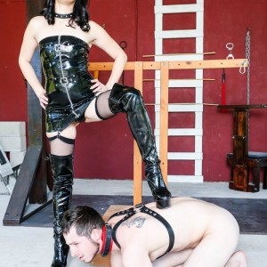 Dark haired wife Sarah Dice has her sub hubby worship her backside and beaver