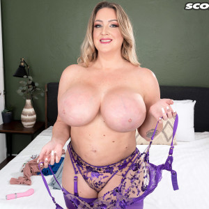 Beguiling MILF Holly Wood sets her enhanced tits free of a brassieres after twerking her butt