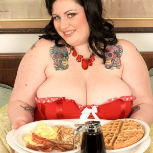 SSBBW Glory Foxxx engages in oral and vaginal sex while munching a huge breakfast