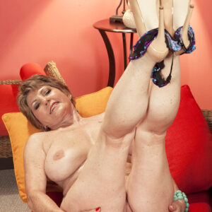 Fit GILF Bea Cummins grabs her bare ass after confidently showing her rock hard boobs