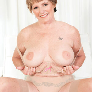 Top grannie XXX video star Bea Cummins unveils her enormous tits before vaunting her smooth-shaven cooter