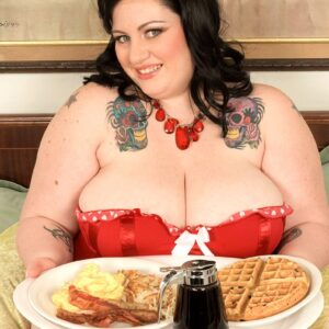 Black-haired SSBBW Glory Foxxx downs a gigantic breakfast prior to sucking and fucking a dick